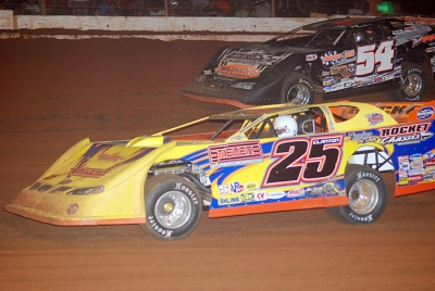 Shane Clanton (25) wrestles the lead from David Breazeale (54). (DirtonDirt.com)