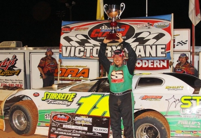 Jeff Smith hoists the series championship trophy. (Gary Laster)