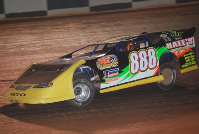 Dennis Hale races to his heat race victory. (DirtonDirt.com)