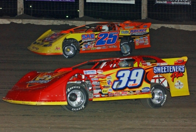 Shane Clanton (25) and Tim McCreadie (39) battle up front early. (de-photos.com)