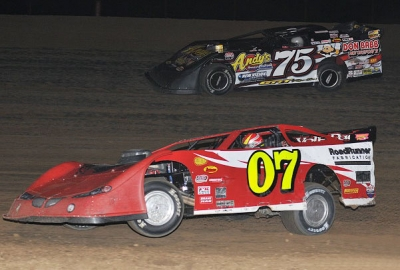 Kelly Boen (07) goes past early leader Terry Phillips (75) at Thunder Hill. (fasttrackphotos.net)
