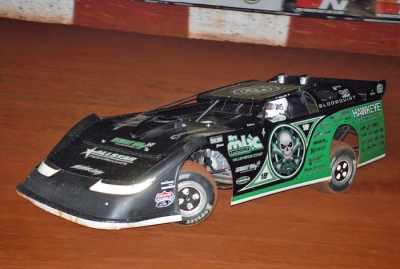 Scott Bloomquist heads to victory and his second straight Lucas Oil title. (mrmracing.net)