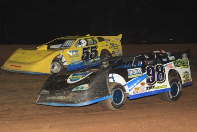 Justin Wells (98) moves into the lead over Ken Essary (55). (stlracingphotos.com)