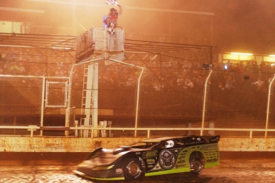 Scott Bloomquist takes the checkers at Lone Star Speedway. (Alton Cotton)
