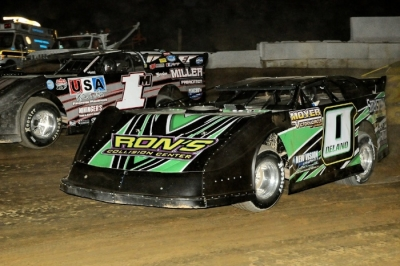 Feature winners Jeremy Miller (1) and Ron Delano Jr. (0) started out front in the first main event. (Frank Wilson)