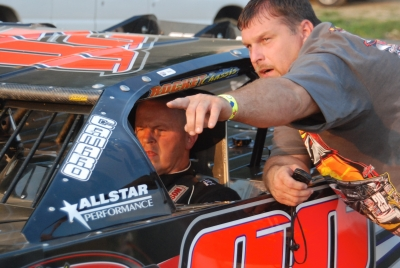 Crew chief Randall Edwards leans in to assist Darrell Lanigan at Brushcreek. (DirtonDirt.com)