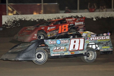 Shannon Babb (18) looks to overtake leader Scott James (81) with five laps remaining. (stlracingphotos.com)