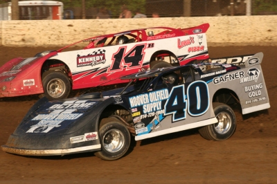 Eventual feature winner Dutch Davies (40) battles Dick Barton (14B) in prelims at Stateline. (Bill Galford)