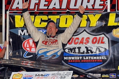 John Anderson celebrates his $3,000 victory. (fasttrackphotos.net)