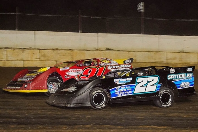Winner Gregg Satterlee (22) moves by early leader Billy Decker (91) at Hesston, Pa. (wrtspeedwerx.com)