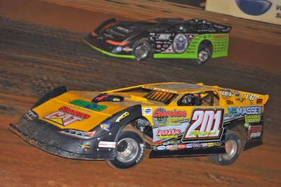 Billy Ogle Jr. (201) takes the lead from Scott Bloomquist (0) at Volunteer Speedway. (mrmracing.net)