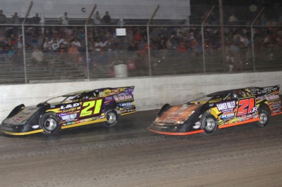 Billy Moyer (21) leads Billy Moyer Jr. on his way to victory at I-55. (stlracingphotos.com)