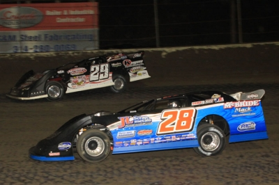 Winner Dennis Erb Jr. (28) swapped the lead with Darrell Lanigan (29) several times. (stlracingphotos.com)
