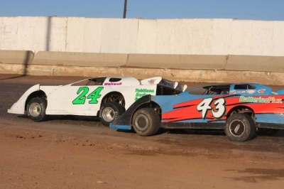 R.C. Whitwell (24) leads Garrett Alberson (43) at Tucson. (raceimages.net)