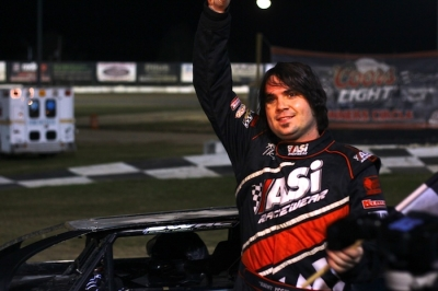 Ronny Lee Hollingsworth waves from victory lane. (photosbytrace.com)