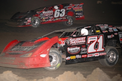 Don O'Neal (71) moves by Doug Drown on his way to victory. (DirtonDirt.com)