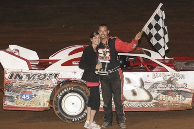 Chase Washington in one of his many visits to victory lane in 2012. (foto-1.net)