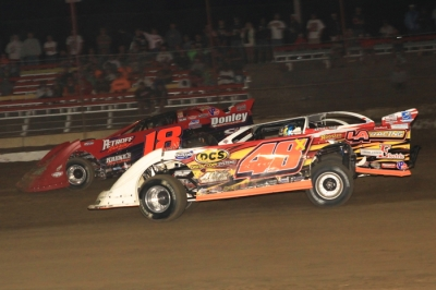 Shannon Babb (18) battles Brian Shirley on his way to victory. (stlracingphotos.com)