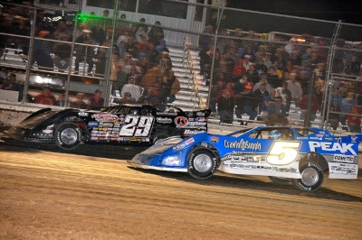 Darrell Lanigan (29) fights off Don O'Neal (5). (thesportswire.net)