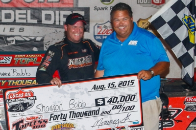 Shannon Babb and Mooney Starr in victory lane. (heathlawsonphotos.com)