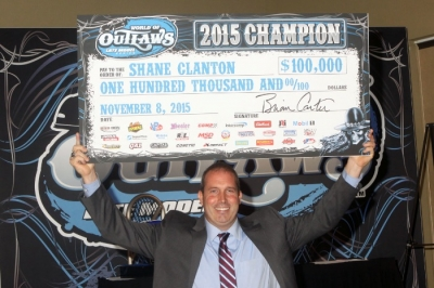 Shane Clanton shows off his $100,000 check. (Barry Lenhart)